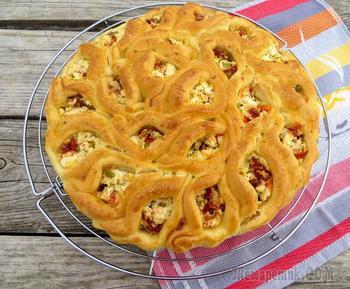 Пирог из пирожков с брынзой и вялеными томатами