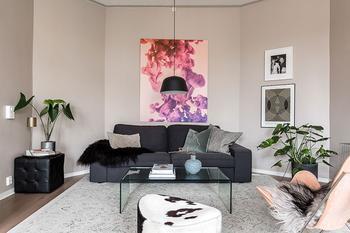 Настенный декор и живые растения: стильная двушка в Стокгольме