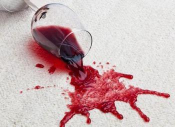 Чем вывести с одежды пятна от красного вина?