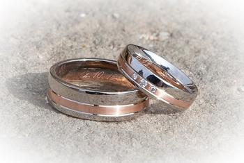 Обручальное кольцо — не простое украшение. 10 примет, к которым стоит прислушаться.