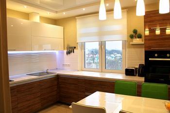 Кухня: столешница у окна, чтобы готовить и наслаждаться пейзажем