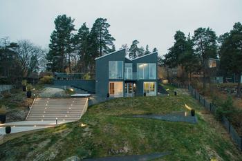 Красивый двухэтажный дом на берегу озера