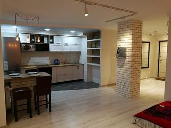 Кирпич, черный потолок и таксофон в квартире-студии