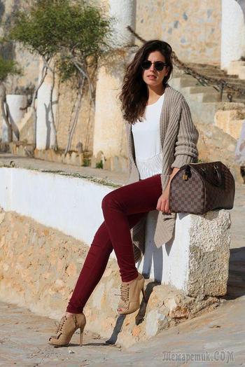C чем носить бордовые джинсы