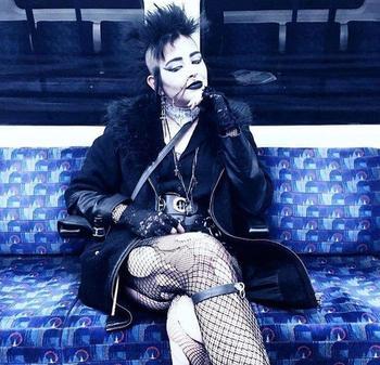 30 чудаков в лондонском метро, которые поражают и веселят свои внешним видом