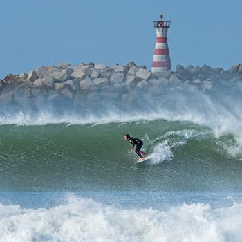 Куда поехать на серфинг: 8 сказочных уголков, которые оценят любители покататься на волнах