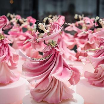 Китайский кондитер создаёт украшения для тортов, которые выглядят, как фарфоровые куклы