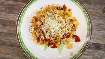 Паста с соусом из лука и помидоров
