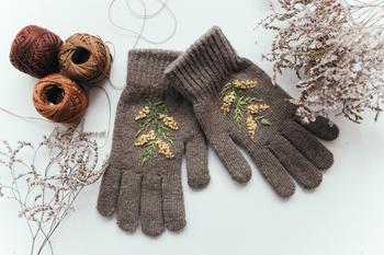 Вышивка на перчатках «Веточка мимозы» своими руками