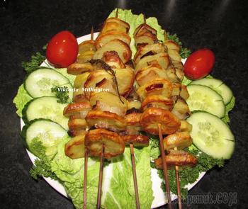 Шашлык из картошки с салом , приготовленные в духовке ,- угощайтесь !