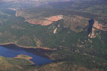 Загадочное озеро в Африке, воду из которого невозможно унести