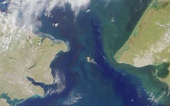 Два острова, находящихся всего почти в 4 км друг от друга, имеют разницу во времени 21 час. Почему?