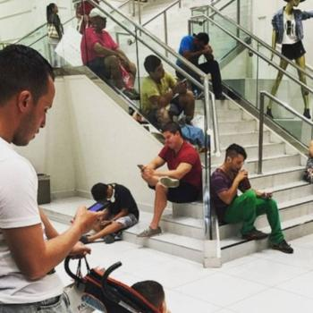 Ещё 25 фотографий мужчин, томящихся в шоппинговом аду