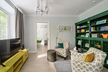 Зеленый шкаф и солнечная тумба в московской квартире