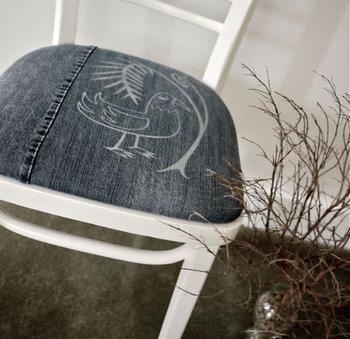 Новая обивка для стула из старых джинсов