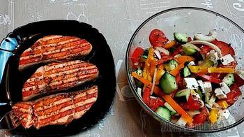 Семга на гриле и свежий салат
