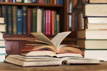 Инструкция: как бороться с книжной пылью