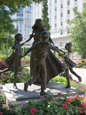 15 нежных скульптур со всего мира, созданных с любовью к мамам
