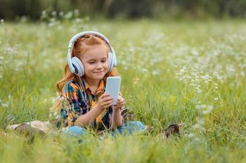 Когда ребенку покупать первый мобильный телефон: мнение экспертов