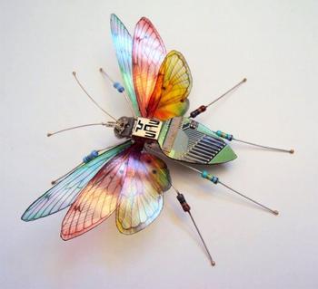 Потрясающие миниатюрные скульптуры насекомых из компьютерных компонентов