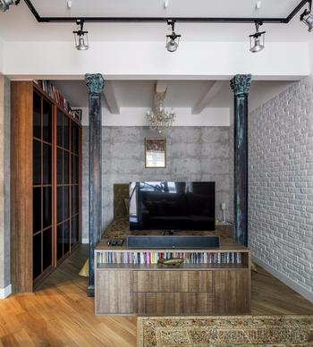 Бетон, железо и классический камин в квартире холостяка