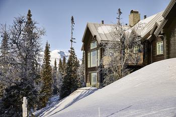 Уютный дом посреди заснеженных горных вершин