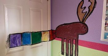 Отец дал своей дочери поиграть с красками, чтобы отвлечь её от гаджетов