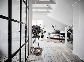 Уютный белый чердак: светлая квартира под крышей