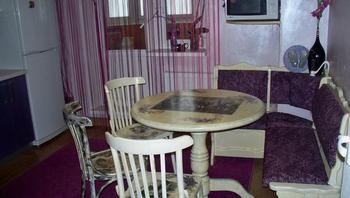 Кухня: декупаж на плитке, столетние фото предков, реставрированная мебель в ретроинтерьере
