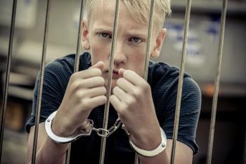 Уже не шалость, а преступление: в каких случаях на подростка могут завести уголовное дело?