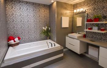 Альтернативная отделка, или Обои в ванной комнате как неотъемлемая часть интерьера