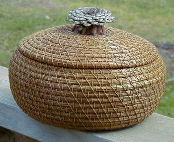 Идеи корзинок из сосновых иголок