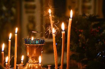С россиянки потребовали тысячу рублей за свою свечу в храме