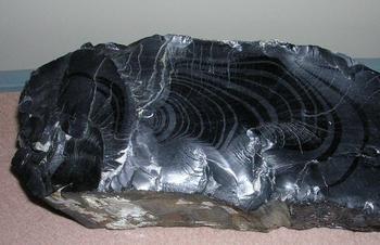 Камень гагат: свойства и магическое значение