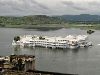 Плавающий дворец озера Пикола