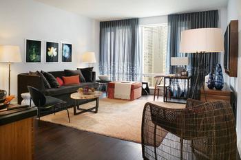 Современная квартира в Нью Йорке демонстрирует красивое сочетание цветов