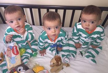 В британской семье родились абсолютно идентичные тройняшки