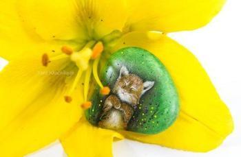 Очаровательные миниатюрные рисунки на камнях