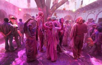 Фотографии с праздника Холи, который отыгрывается за все серые будни планеты