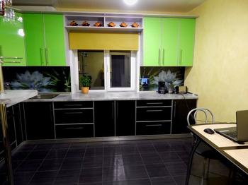 Кухня: черный низ, зеленый верх