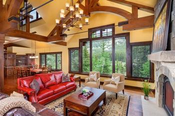 Красный диван в интерьере. 43 фото для вдохновения