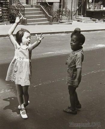 Уличная жизнь Нью-Йорка с 1930-х до 80-х годов в фотографиях Элен Левитт