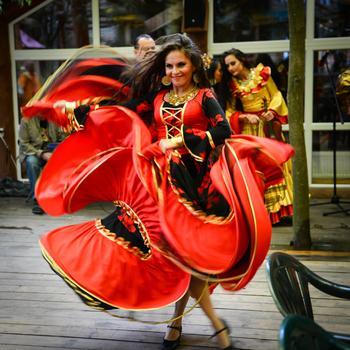 Пёстрые шаровары или красный плащ: Почему традиционная одежда цыганок в разных странах отличается