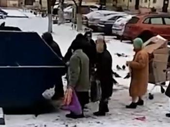 Российские пенсионеры едят из помойки просрочку. И это очень грустно