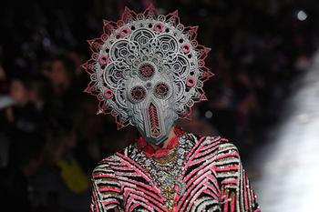 Китч, восток и психоделика: Как индийский дизайнер Маниш Арора произвел фурор в Париже