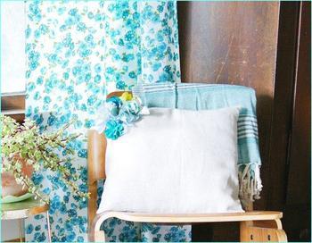 Как обновить подушки используя цветы из ткани