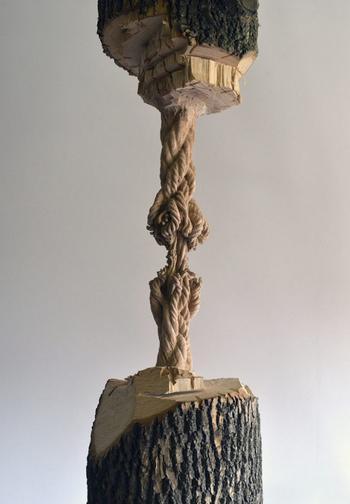 Скульптура из огромного ствола дерева