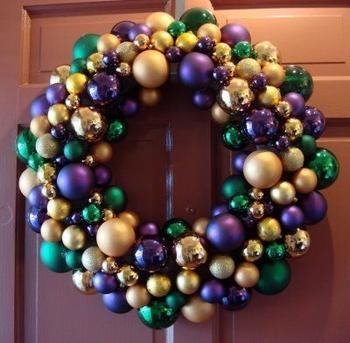 Идеи новогодних венков из ёлочных шаров