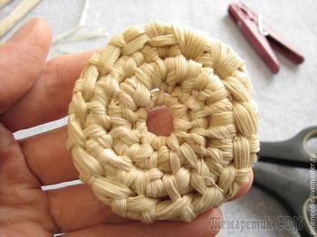 Плетем подставку под горячее из кукурузных листьев