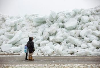 В плену у Снежной Королевы: необычное ледяное цунами сковало селения на берегу озера Эри